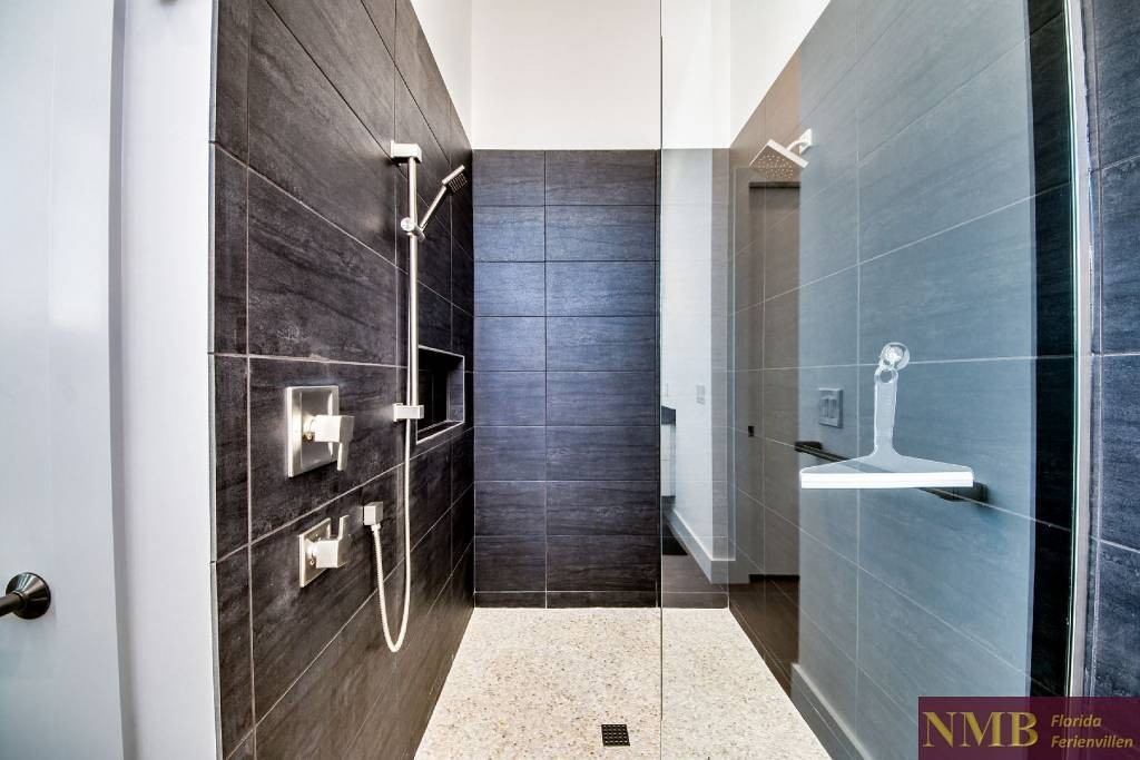 Ferienhaus_Sweet_Greta_Cape_Coral_Master_Shower